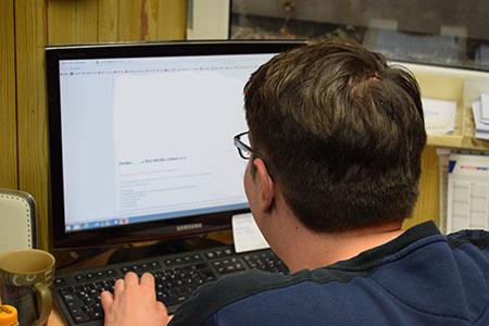Büroarbeit am PC bei Sport Püschel
